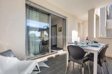 Veranda arredata con tavolo e sedie