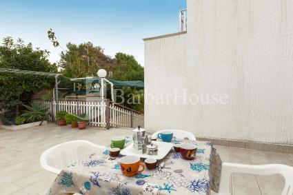 La casa ha un ampio spazio esterno con barbecue e doccia esterna