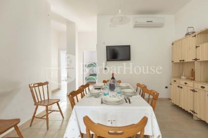 Ampio ingresso con sala pranzo, cucina, tv e aria condizionata