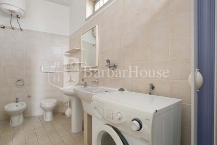 Il quarto bagno doccia con lavatrice