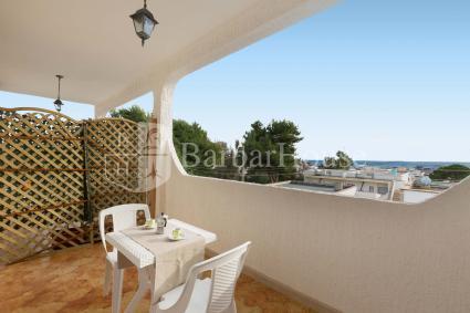 La casa è introdotta da un balcone con vista mare