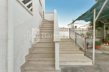 Comode scale portano al primo piano, dove si sviluppa la casa