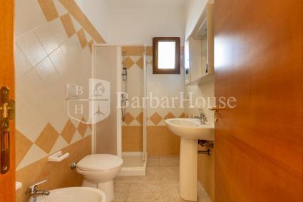 La casa è completa di bagno doccia
