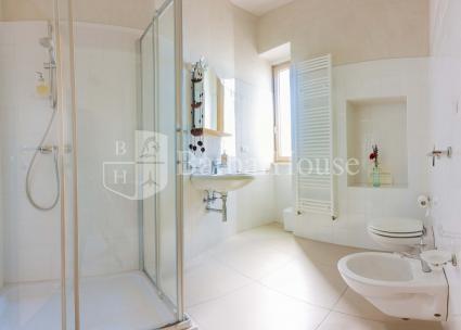 La camera doppia ha un ampio bagno con doccia