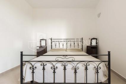La camera da letto è una matrimoniale semplice e graziosa