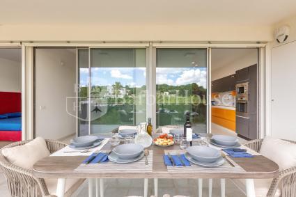 Balcone arredato per pranzare e cenare all`aperto