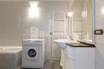 Il bagno con vasca completa la casa vacanze