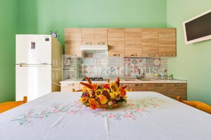 Soggiorno con moderna cucina a vista